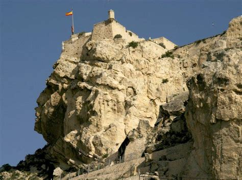 castillo de santa barbara tiene su origen  la epoca musulmana
