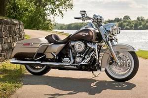 2018 Harley-Davidson Road King Special 06 Gas Pages