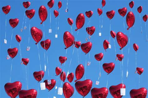 herzluftballons aus folie mit ballonflugkarten steigen lassen