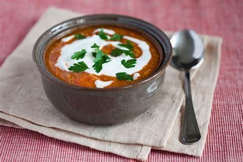 Aromatyczna zupa z czerwonej soczewicy z pomidorami