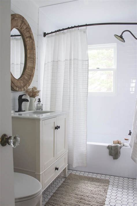 Bathroom Makeover Photos by 25 Best Ideas About Small Bathroom Makeovers On