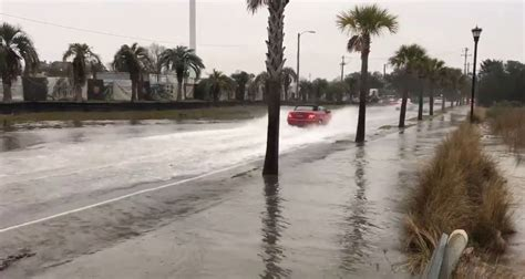 tidal flooding closes  roads  downtown charleston