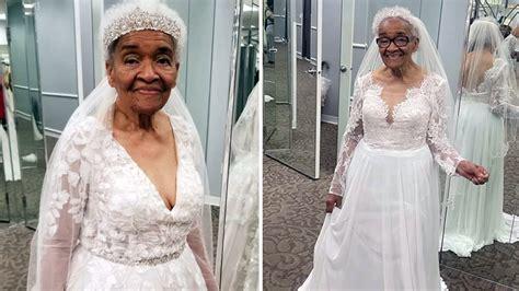 คุณยายวัย 94 ปี สวมชุดเจ้าสาวเป็นครั้งแรก หลังใฝ่ฝันมานาน 70 ปี