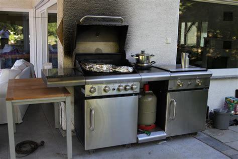garten steintisch außenküche mit grill und teppanyaki