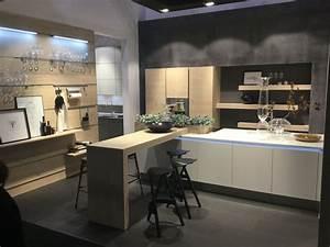 Cucina moderna nolte con isola bianca opaca e legno for Cucine con isola e piano legno