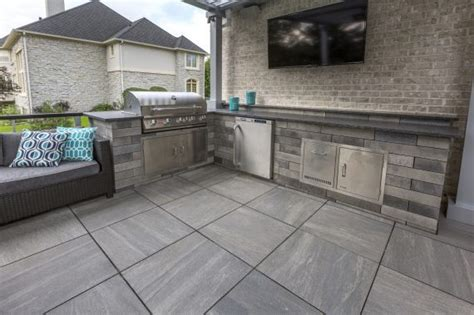 porcelain tile roof deck patio with an outdoor kitchen