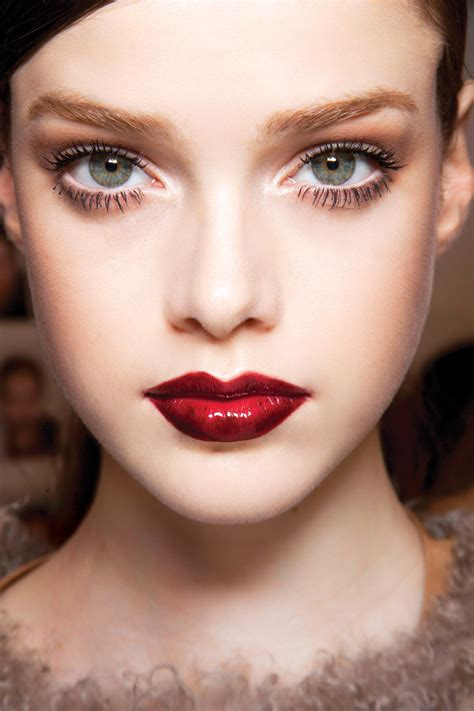 red lipstick  fall  hottest shades   tips    apply  red lip chatelaine