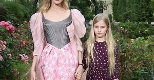 Natalia Vodianova et sa fille Neva arrivent au Jardin des ...