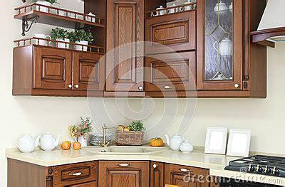 d馗oration de cuisine moderne intérieur moderne de cuisine avec la décoration blanche et brune images libres de droits image 28721449