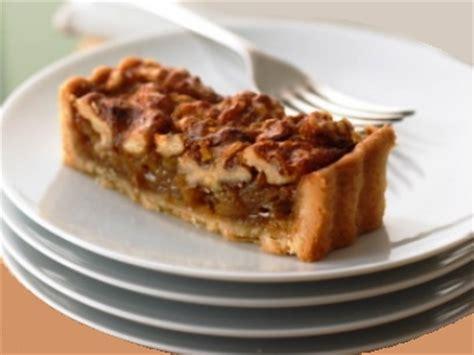 la traditionnelle tarte au sucre brun et noix de grenoble dans notre maison
