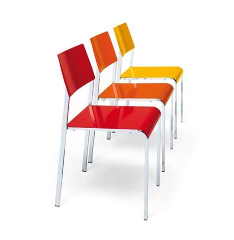 Sedia in metallo impilabili colorate disponibili per