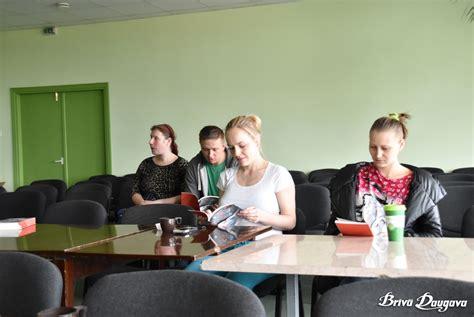 Vecāki tiekas ar grāmatas par priekšlaikus dzimušo bērnu aprūpi autori | Brīvā Daugava