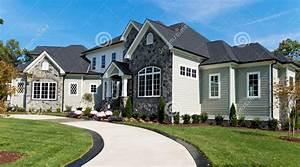 Large-suburban-house-driveway-34231578