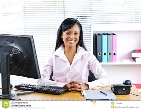 femme d affaires noire de sourire au bureau images libres