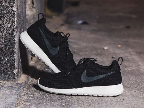 Men's Shoes Sneakers Nike Roshe Run 511881 010