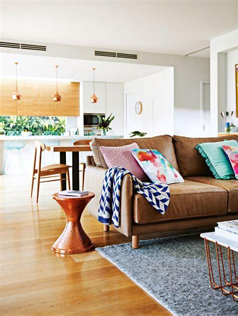 deco design salon canape cuir camel vintage coussin couleurs vives table basse laiton bro ze