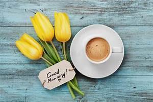 Bonjour La Haut : tasse de caf avec bonjour jaune fleurs et notes de tulipe sur la table rustique bleue d 39 en haut ~ Medecine-chirurgie-esthetiques.com Avis de Voitures