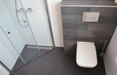 hele kleine badkamer inrichten slimme compacte douchedeuren kleine badkamers