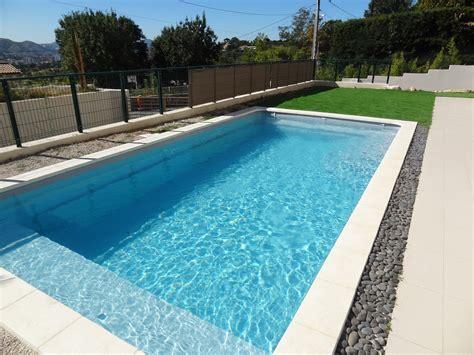 piscine coque piscine coque polyester avec couverture automatique en fond avec banquette modele bali piscine