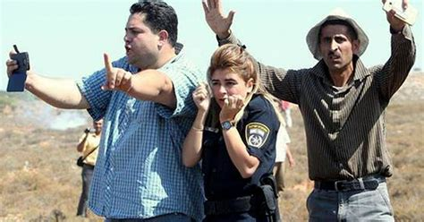incredible picture shows palestinians shielding israeli