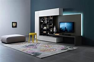 mobili soggiorno moderni con pareti di illuminazione blu e faretti, seduta tondeggiante