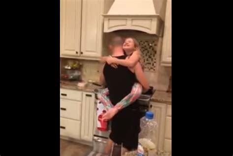 la maman croit  son mari  leur fille preparent le