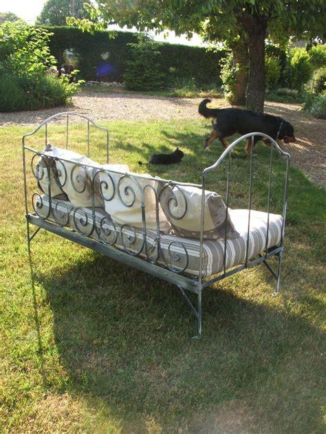 lit transformé en canapé 17 meilleures idées à propos de lits en fer anciens sur