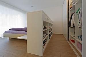 Ankleideraum Im Schlafzimmer : wandschrank und bettr ckenteil als kleiderschr nke auf zu ~ Lizthompson.info Haus und Dekorationen