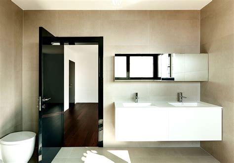 Helle Erdtöne An Der Wand Machen Das Badezimmer Gemütlicher