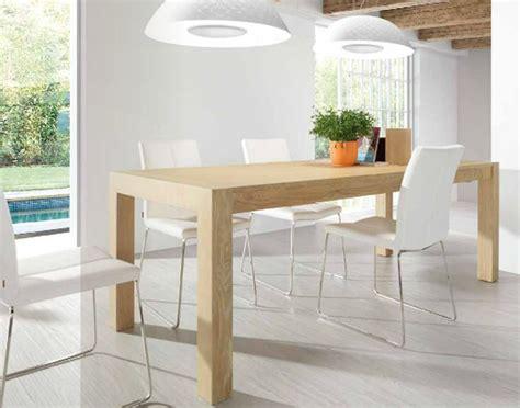 mesa de madera color haya  sillas blancas decoracion