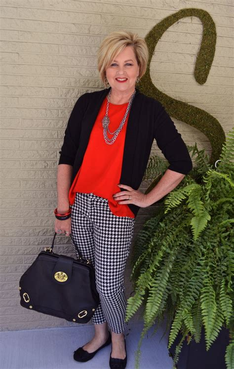 Fashion For Women Over 40 Houndstooth Is A Classic Print Fall Fashion Outfit Perfect For