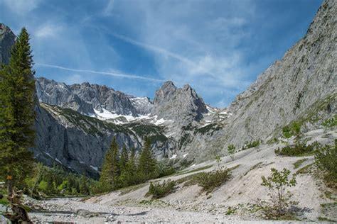 Ein mann will in eine enge schlucht schauen, verliert das gleichgewicht und stürzt 30 meter in den abgrund. Höllentalklamm und Hupfleitenjoch | Wanderung Garmisch ...