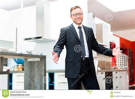 vendeur cuisine vendeur dans la salle d 39 exposition de meubles de cuisine domestique image stock image 48938993