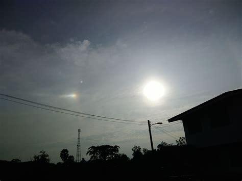 เพจเฟซบุ๊ก sumontha boonkhum ได้โพสต์ภาพ ปรากฏการณ์พระอาทิตย์ทรงกลด ขึ้นบนท้องฟ้าทอดเหนือตึกไทยคู่ฟ้า ทำเนียบรัฐบาล พร้อมกับระบุว่า. พระอาทิตย์ทรงกลดมีรัศมีดาวพุ่ง5 | ท้องฟ้า
