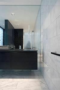 Salle De Bain Marbre Blanc : la beaut de la salle de bain noire en 44 images ~ Nature-et-papiers.com Idées de Décoration