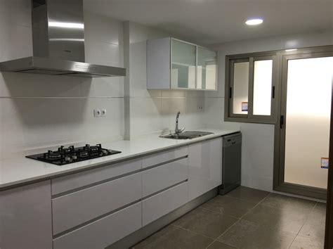 foto cocina blanca carpinteria gris de newline