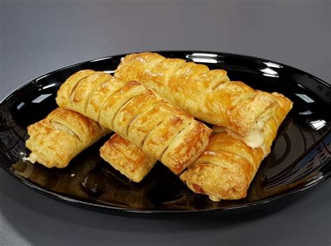 Të gatuajmë me zonjën Vjollca/ Salçiçe me sfoliatë dhe Mëlçi pule me qepë e oriz - Shqiptarja.com