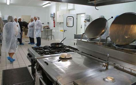 cuisine centrale pau la cantine des 233 coles pr 233 par 233 e dans les cuisines de l