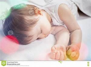 Sonno Dolce Del Neonato Su Un Letto Bianco Fotografia