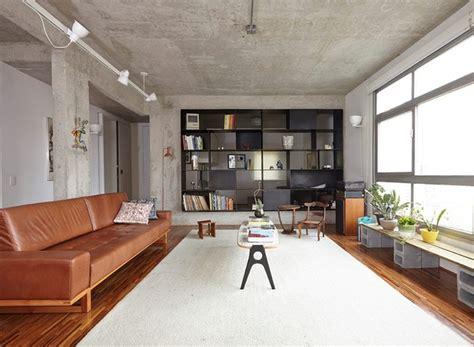 decoração de sala pequena sofá marrom escuro estantes de sala de estar moderna