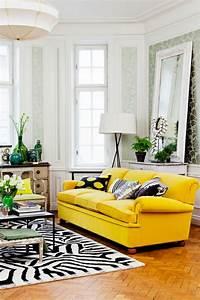 Schöne Einrichtungsideen Wohnzimmer : gelbes sofa so schaffen sie visuelle balance im wohnzimmer ~ Frokenaadalensverden.com Haus und Dekorationen