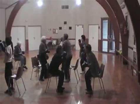 exercice chaise sur chaise tonification musculaire senior
