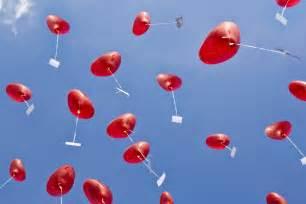 hochzeitsgeschenk ideen hochzeitsgeschenk herzluftballons mit hochzeitsgrüßen