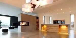 Kaminöfen Kleine Räume : ein kaminofen als raumteiler nutzen k hler sichtbeton verbindet sich mit der warmen ~ Markanthonyermac.com Haus und Dekorationen