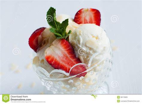 glace 224 la vanille avec des amandes et des fraises photo stock image 39113829