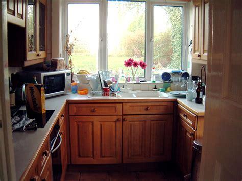 Classy Oak Wooden Kitchen Cabinet Set With White Porcelain