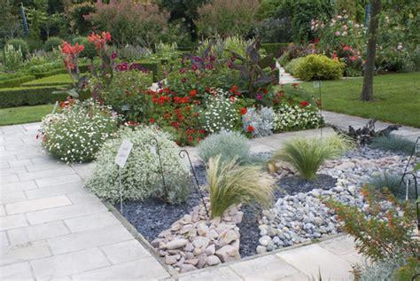 decoration parterre avec galets parterre avec cailloux jardin min 233 ral de l arboretum le de v 233 ronique brosseau