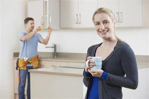 pose meuble haut cuisine le prix de l 39 installation de meubles de cuisine par des