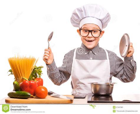 qui fait la cuisine le chef de garçon fait cuire dans la cuisine image stock