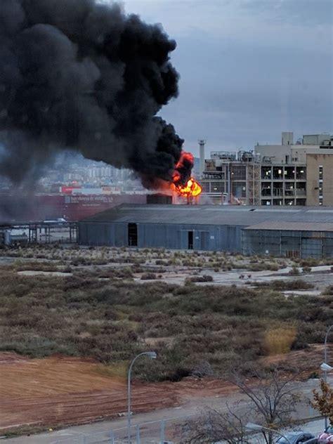 Un Incendio En Una Fábrica Obliga A Confinar A Vecinos De